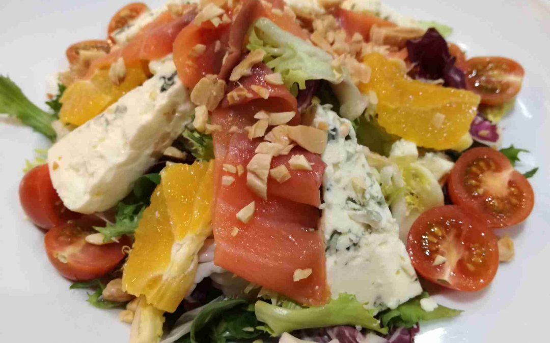 Ensalada con salmón ahumado, naranja, queso azul y almendras