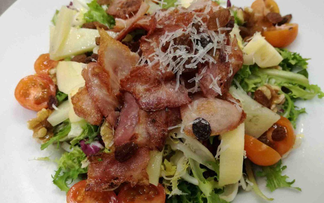 Ensalada con bacon, manzana, nueces, pasas y queso manchego